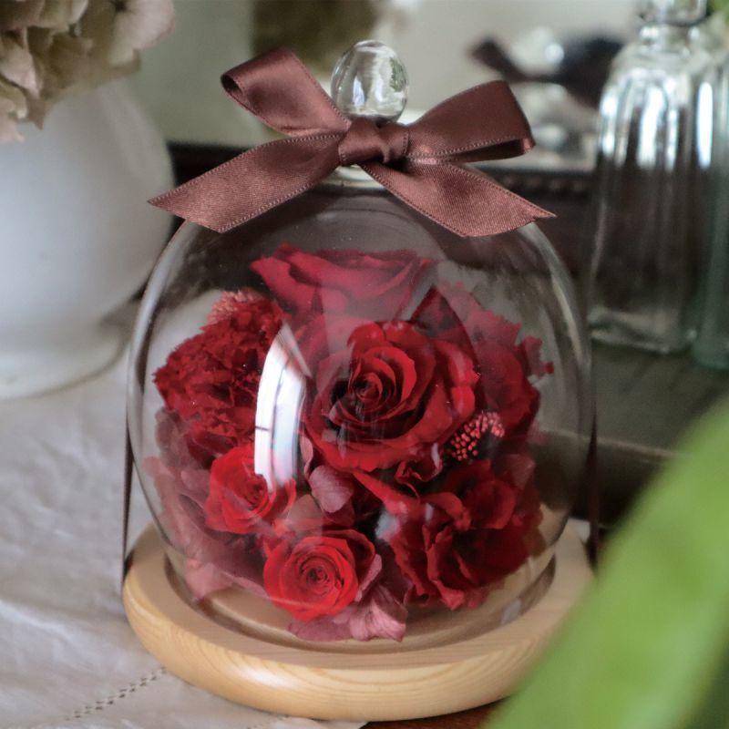 ガラスドームが花を保護してくれます。